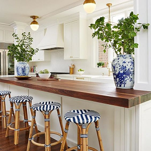 Amy Corely Interiors Chinoiserie style kitchen with ginger jars