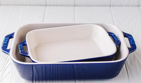 Side view of the Staub's rectangular baking dish set in dark blue.